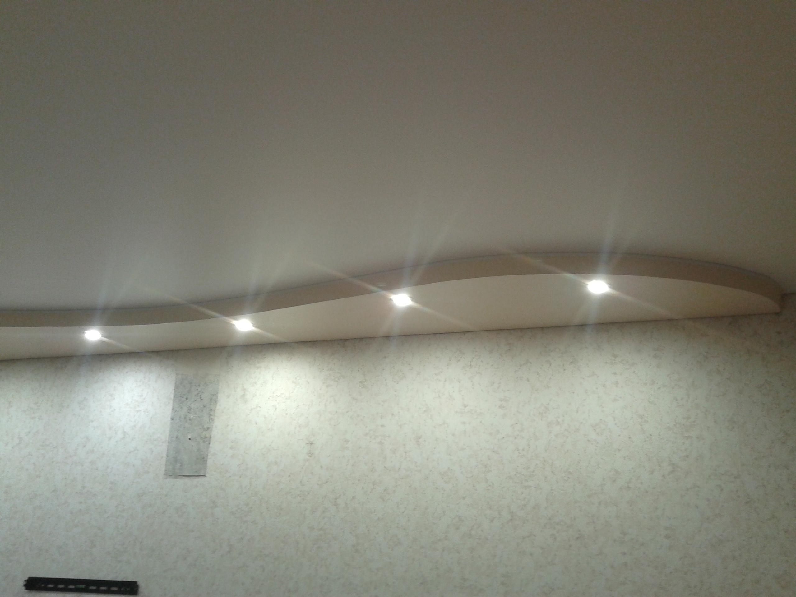 Двухуровненый потолок в гостиной — Атмосфера