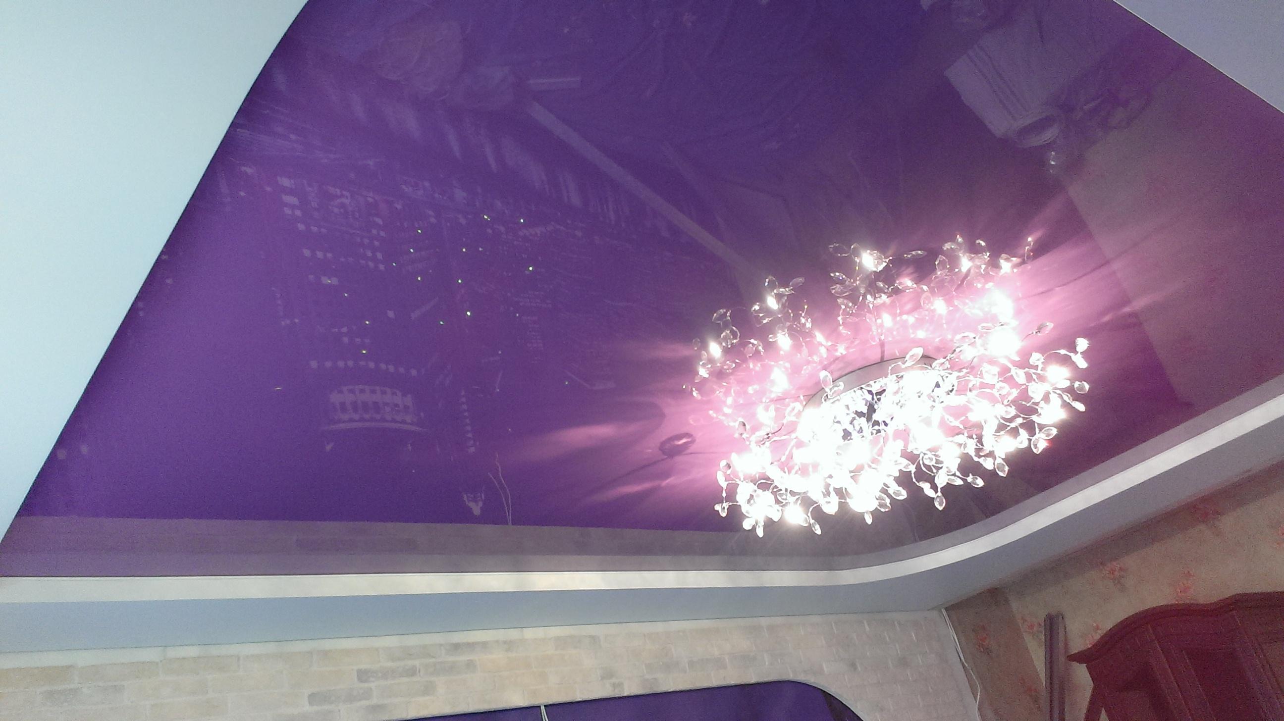 Двухуровневый фиолетовый потолок