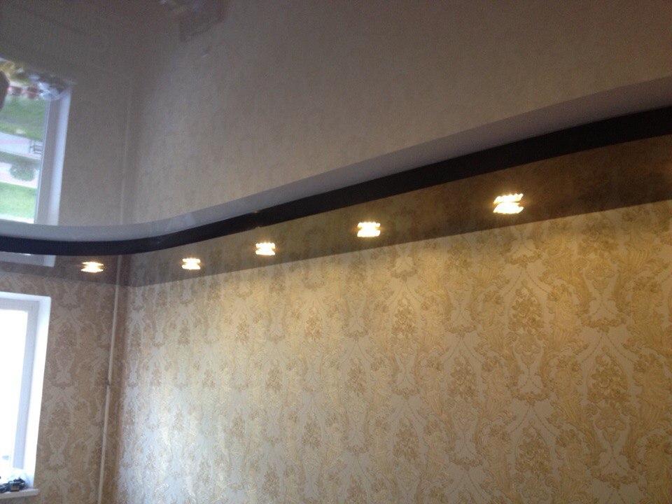 Черно-белый потолок с подсветкой — Атмосфера